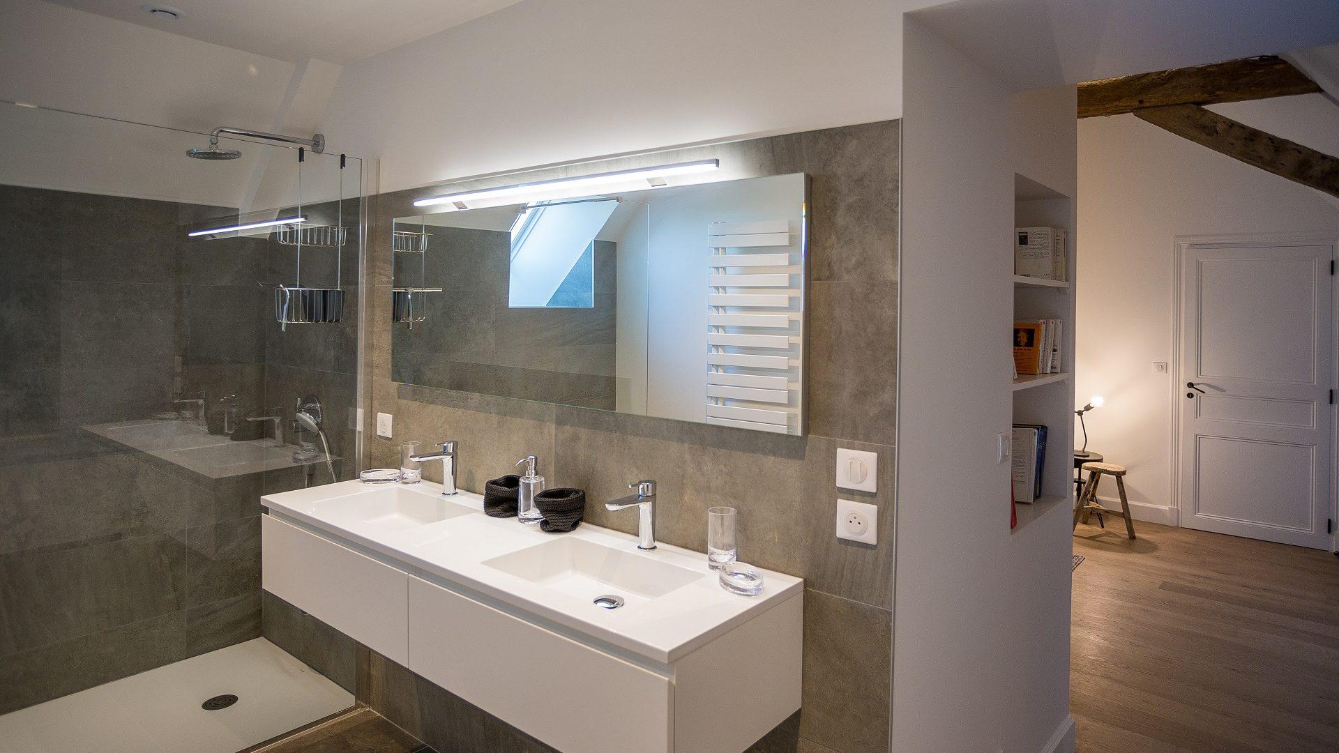 1104 - ch pierre de tuffeau  SdB meuble+douche+vue chambre IMGL1104